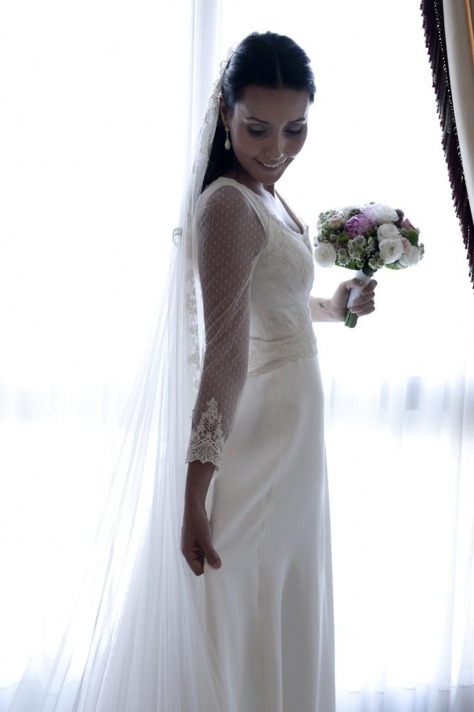 Elegantísima Adriana en esta imagen instantes antes de salir hacía la Iglesia