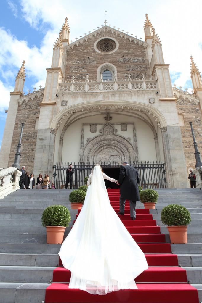 Impresionante entrada de la novia a los Jerónimos.