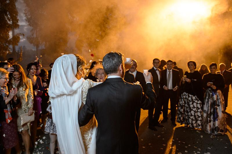 el vestido de novia con capa en muselina de seda de Lola en el blog de Beatriz Alvaro,