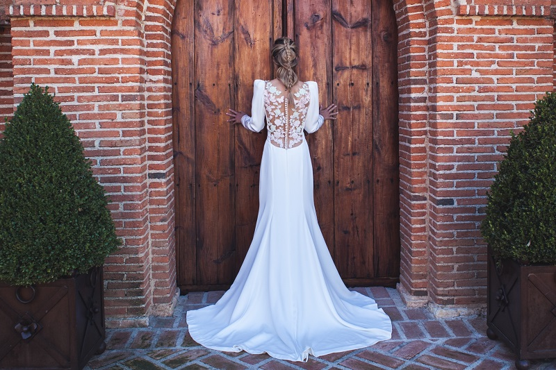 La novia de la espalda bordada en rosa cuarzo y mint obra de beatriz alvaro