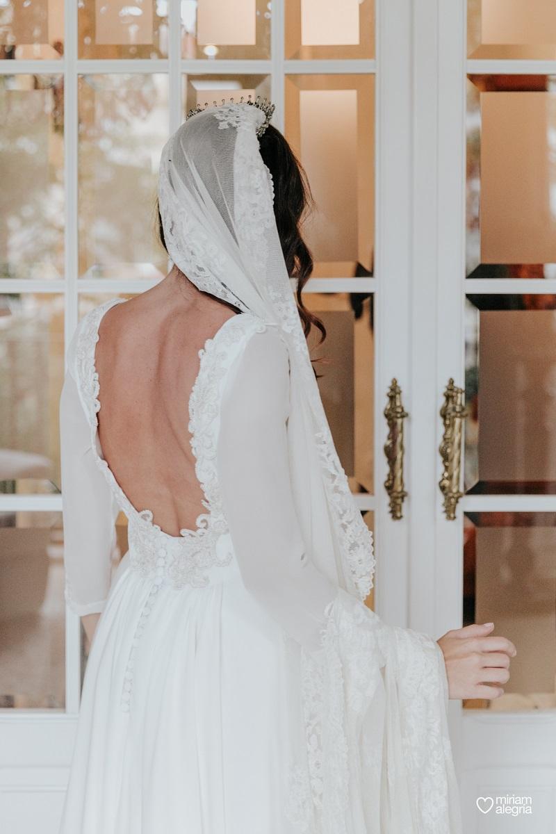 el vestido de novia con cola desmontable de Africa diseñado pro Beatriz Alvaro para su boda en Valencia